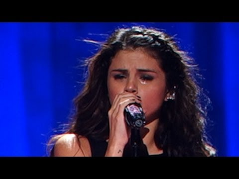 Selena Gomez Crying For Justin Bieber While Singing
