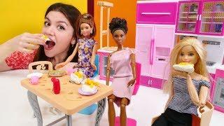 Hamur Oyunları. Barbie Peynirli Pizza Yapıyor