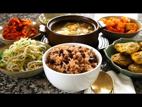 Korean red bean rice and side dishes (팥밥)