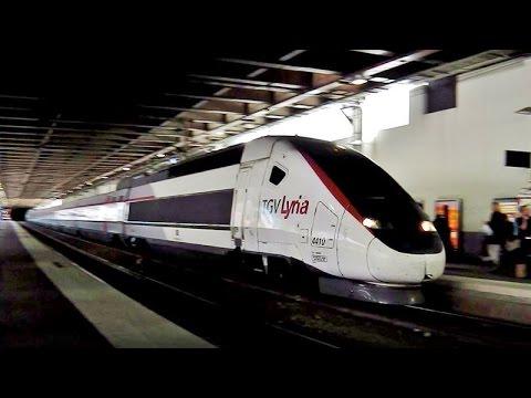 Gare de Cannes mit/avec TGV Lyria, TER, TGV (blau/bleu & lila-weiß/blanc-lilas)