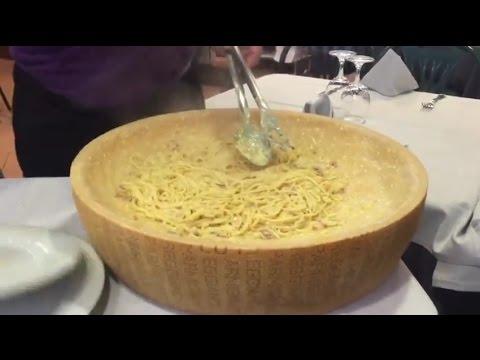 Ricetta -  Spaghetti alla Carbonara conditi su una Forma di Parmigiano
