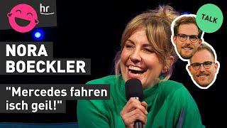 Nora Boeckler fährt ohne Führerschein mit dem Fahrrad | hr Comedy Festival