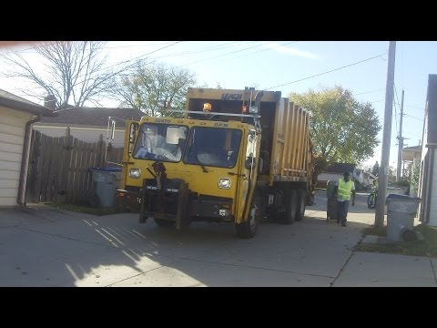 City of Milwaukee 32470 -- CCC LET2 Leach 2rll Rear Load Garbage Truck