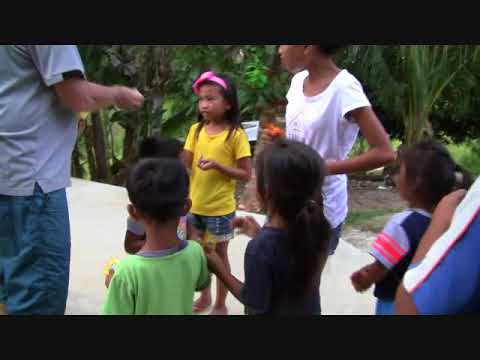 TRACY FROM AUSTRALIA GIVING SOME CANDIES TO OUR HILLTOP COMMUNITY KIDS - FOREIGNER PHILIPPINES