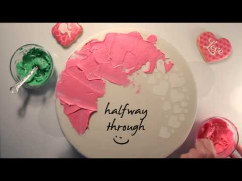 decorate cake with heart make & fun stencil