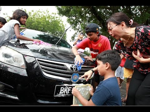 Kids chip in for Tabung Harapan with car wash