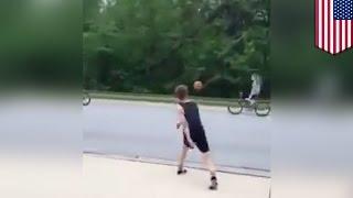 Парень сбил девочку с велосипеда баскетбольным мячом за то, что она его отвергла
