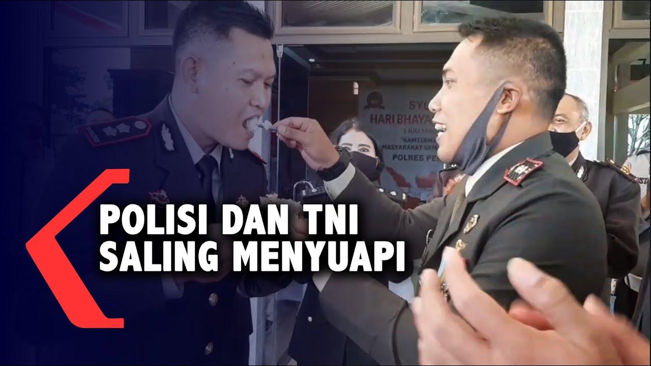 Polisi dan TNI saling menyuapi di HUT Bhayangkara KE 74
