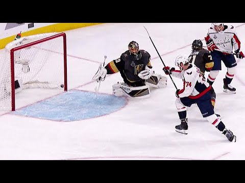 Oshie's slick no-look pass sets up Carlson's goal