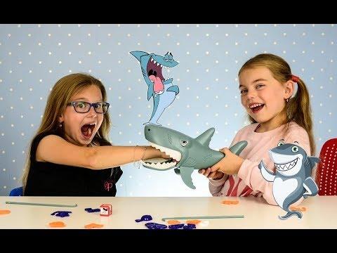 CHOMPING GIANT SHARK GAME Funny Shark Chase Board Game for Kids