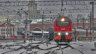 ЭП2К-313 отправляется с Казанского вокзала. Станция Москва-Пассажирская-Казанская.