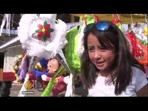 Mexico carries on Christmas 'piñata' tradition