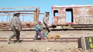 """Un video de internet se volvio viral entre todos los bolivianos en los últimos días... el video clip de un rapero de origen britanico muestra escenas filmadas en ciudades bolivianas y una historia ligada al maltrato infantil mezclada con personajes aparentemente salidos del cuento """"el mago de oz"""". Una nota elaborada por Gustavo Carry con videos de Youtube."""