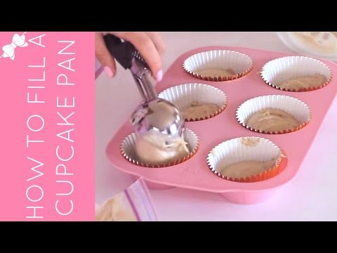 How To Fill A Cupcake Pan With Batter (4 Ways) // Lindsay Ann Bakes