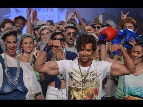 Hrithik Roshan Flexing His Biceps On The Ramp