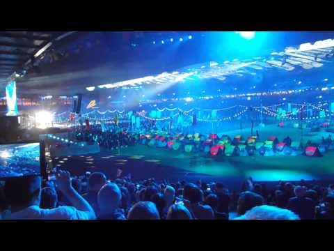 Dougie MacLean Caledonia & Auld Lang Syne @ closing ceremony of Glasgow Commonwealth Games