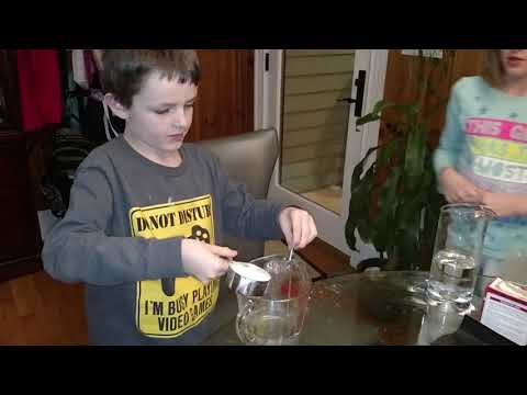How to make a volcano experiment step 6: Explosion using white vinegar slurry
