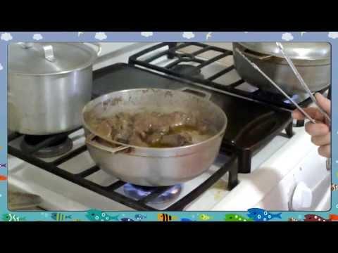 Mami making bistec encebollado