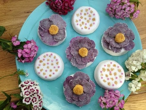 Mini cakes with rose petals and sweet yolks