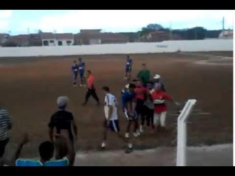Após ser agredido, árbitro de futebol atira em jogador e por pouco não é linchado