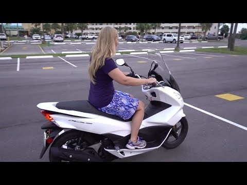 GIRL LEARNS HOW TO DRIVE A MOTORCYCLE / SCOOTER Vlog 1287