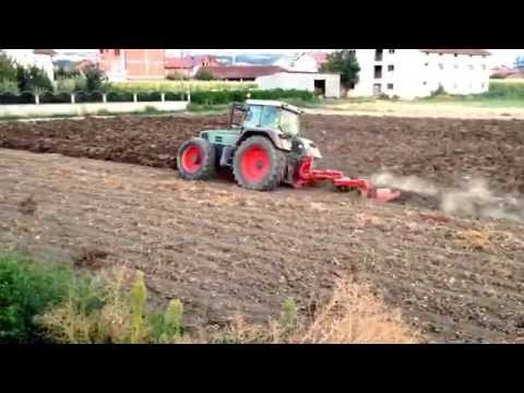 Deep plowing with tractor Fendt Favorit 824
