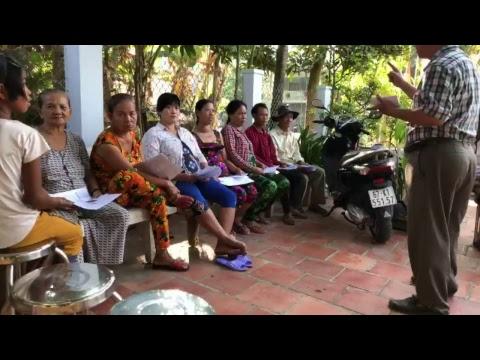 Phát gạo quà Tết của Chúa Jesus cho dân xã Phú Lâm, Phú Tân, An Giang