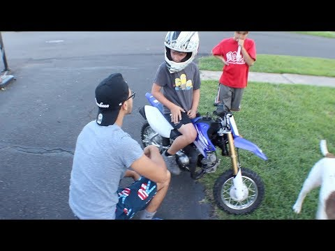 TEACHING A 7 YEAR OLD HOW TO RIDE A DIRTBIKE  !!!!