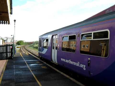 Trein vertrekt op Station Blackpool Pleasure Beach