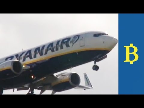 Ryanair woos business flyers with package including no checked bag charges