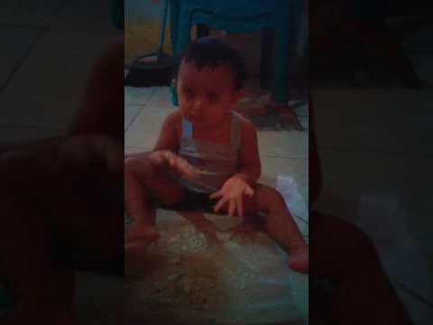 anak pintar belajar makan sendiri