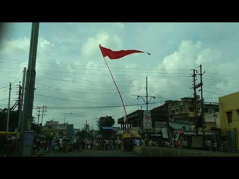 श्रद्घालुओं द्वारा ध्वजा फहराने का दृश्य