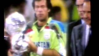 Imran Khan holding world cup  still worried about people of Pakistan, talking about his hospital