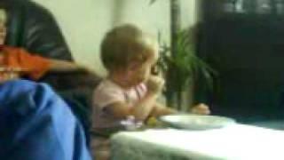 Nasza mała Oliwka je obiadek