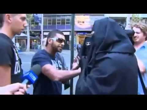 إماراتي يؤدب استراليين يسخرون من الزي الإسلامي