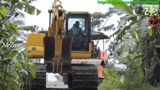 Excavator Komatsu PC130F Compactor Hamm 3410 Crawling Together