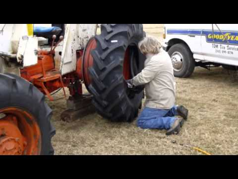 CASE / David Brown 1390 Tire Changing