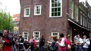 Flashmob op de Beestenmarkt in Delft ter promotie van de Rabobank sponsorfietstocht op 25 september 2011. Koninklijke Harmoniekapel Delft speelt de Radetzki mars.