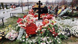 Год назад могилу Юлии Началовой усыпали цветами, а как она выглядит сейчас