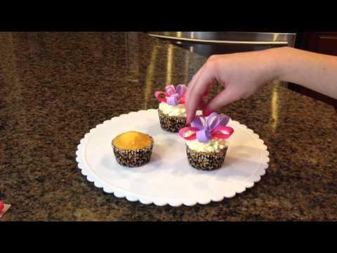 Fondant Bow Loop Cupcakes