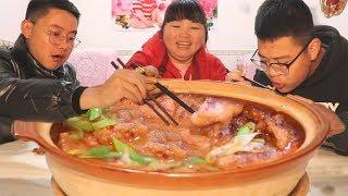 【陕北霞姐】冬天吃点热乎的,3斤鲤鱼2斤豆腐,先煎后炖,暖身又下饭,猛香了!