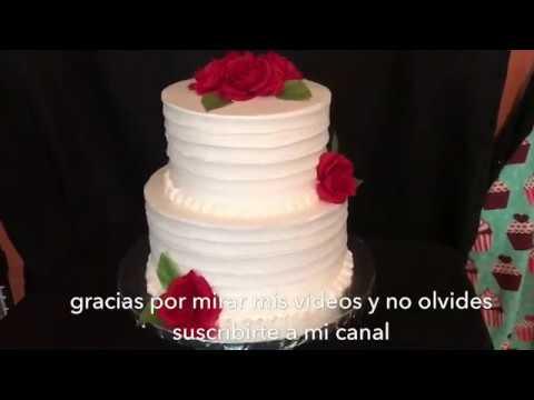Hermoso pastel con flores rojas para boda o cumpleaños