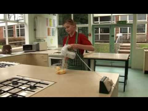 Using an electric hand whisk