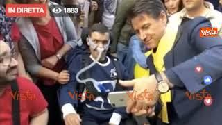 Conte si improvvisa fotografo per fare selfie con due ragazzi disabili