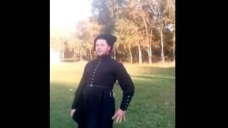Глаз не оторвать! Красиво казак с казачкой танцуют