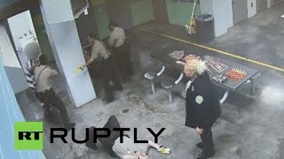 USA: Watch inmate KNOCK OUT detention officer