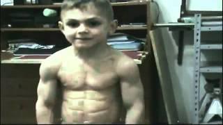 فيديو   أقوى طفل فى العالم   وجه طفل و عضلات لاعب كمال أجسام