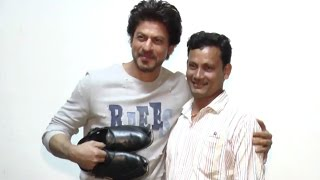 Shahrukh Khan Meets With His Shoe Maker Fan At Raees Movie Promotion