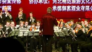"""De Koninklijke Harmoniekapel Delft speelt het Chinese liedje """"Song and Smile"""", o.l.v. Steven Walker, in ChengDe, China. 3 mei 2012. Het publiek zingt uit volle borst mee!"""