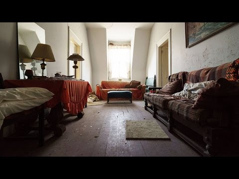 Exploring an Abandoned Vintage House - Everything Left Behind